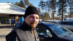 Mikko Kärnä (kesk.) kampanjoi Rovaniemellä Korkalovaarassa 10.4.2019