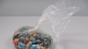 Värikkäitä kokaiinikapseleita pussissa.