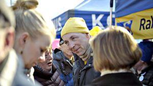 Perussuomalaisten puheenjohtaja Jussi Halla-aho kampanjoi Hakaniemen perinteisillä maalaismarkkinoilla Helsingissä 7. huhtikuuta 2019.