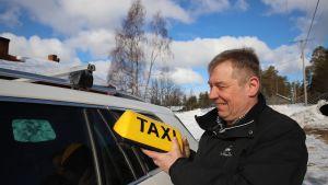 Juha Mäkelä ja taksikyltti