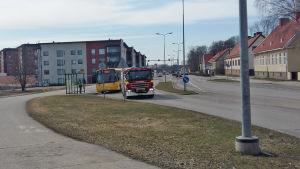 Linja-auto ja paloauto bussipysäkillä.