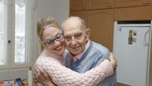 Kodinhoitaja, lähihoitaja halaa 95 vuotiasta veteraania