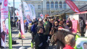 Vaalikampanjointia Tampereen Keskustorilla
