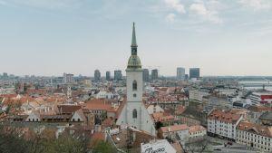 Bratislavan horisontista voi erottaa lukuisia rakennustyömaita. Kaupungissa on lähes täystyöllisyys.