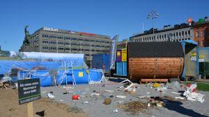 Vaasan torille oli tehty kuvitteellinen keväinen hiekkaranta Vaasan saaristosta täynnä muoviroskaa.