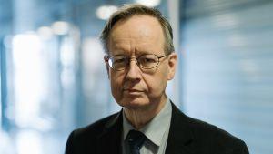 Jukka Kuittinen on vaalilautakunnan puheenjohtaja Helsigissä äänestysalueella 1A.