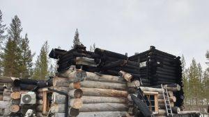 Levin tulipalossa tuhoutuneen rakennuksen jäänteet.