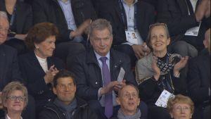 Tasavallan presidentti Sauli Niinistö seuraamassa muodostelmaluistelun MM-kisoja Helsingissä 13.4.2019.