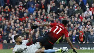 West Hamin Ryan Fredericks kaataa Manchester Unitedin Anthony Martialin.