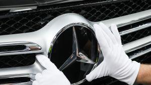 Työntekijä asensi Mercedesin tähtimerkkiä C- ja GLC-mallien tuotantolinjalla Bremenissä tammikuussa 2017.