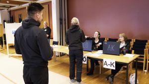 Äänestyspaikan ilmoittautumispöytä