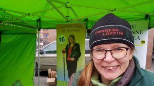 Eeva-Maria Maijala (kesk.) Rovaniemen Lordin aukiolla 13.4.2019.