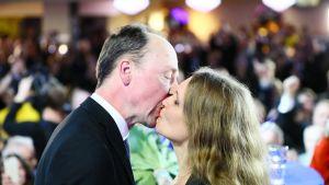 Jussi ja Hilla Halla-aho vaalivalvojaisissa Helsingissä.