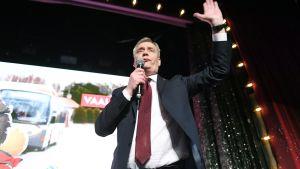 SDP:n puheenjohtaja Antti Rinne puolueen vaalivalvojaisissa Helsingissä
