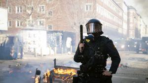 Poliisi vartioimassa mielenosoituksen jälkeen Nørrebrossa, Kööpenhaminassa sunnuntaina.