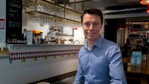 Tukholmassa asuva Niklas Gustafsson on siirtynyt ilmastosyistä entistä enemmän lentomatkailusta junamatkailuun.