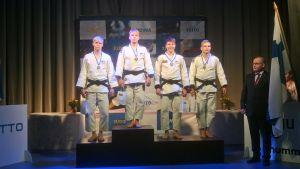 Judon sm-kilpailujen M-73 -sarjan mitalistit.