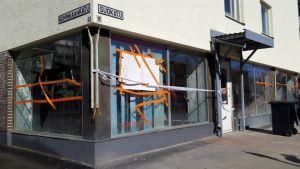 Rikkoutuneet ikkunat Savo-Karjalan Vasemmiston piiritoimistolla.