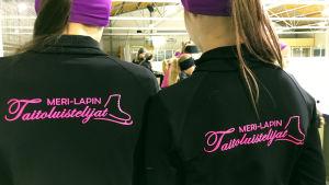 Meri-Lapin taitoluistelijoiden logot takkien selässä