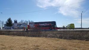 Henkilöauto törmäsi Onnibussin perään Ylistarossa.