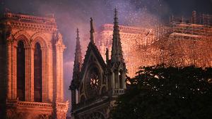 Notre Damen katedraali liekeissä Pariisissa 15. huhtikuuta.