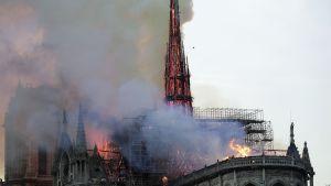 Notre Damen katedraali tulessa.