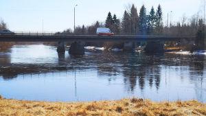 Auto ylittää siltaa.