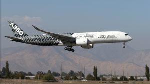 Airbus A350 -kone ilmailunäytöksessä Chilessä.