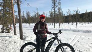 Ylläksen matkailuyhdistyksen toiminnanjohtaja Hanna Ylipiessa ja fatbike eli läskipyörä