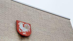 Laitilan vaakuna kaupungintalon seinässä.
