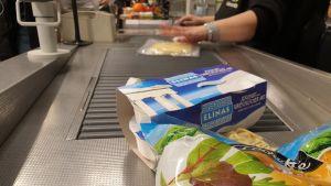 Ilman ostoksia pakkausalueella jakavaa lapaa kassajonot ovat pitkät.