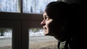 Sasu Kerman kurkistaa ulos ikkunasta.