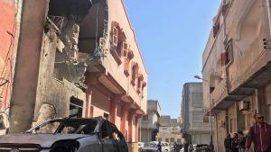 Tripolilaiset tarkistelivat keskiviikkona raketti-iskujen tuhoja.