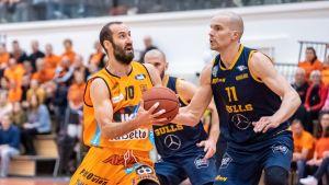 Kuvassa Karhu Basket Bojan Sarcevic ja Seagullsin Tuukka Kotti