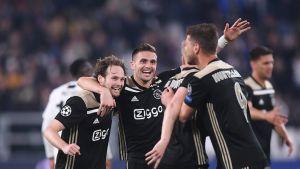 Ajax-pelaajat juhlivat kuvassa