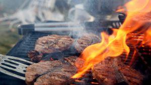 Pihvit valmistuvat grillissä.