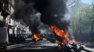 Muun muassa kadulle pysäköidyt moottoripyörät joutuivat protestoijien ilkivallan kohteeksi Pariisissa.