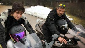 Leila ja Mikko Apsola moottoripyöriensä päällä.