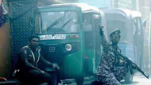 Poliiseja räjähdyksen aikaan Colombossa.