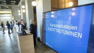 Uusien kansanedustajien ilmoittautuminen eduskuntatalolla 18. huhtikuuta.