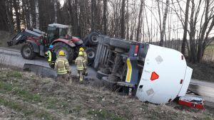 Traktorin säiliöperävaunu kaatui maahan Raaseporissa.