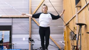 22-vuotias Anniina Peltovako on toisen vuosikurssin opiskelija Ranskan kuuluisimmassa sirkuskoulussa.