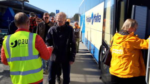 Joensuun postin väkeä nousemassa linja-autoon