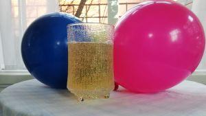 Lasillinen valmista Marttojen pikasimaa ja ilmapalloja pöydällä.
