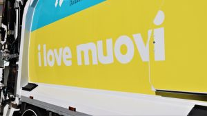 I love muovi kampanjatarra oululaisen Hourun jätehuollon jäteauton kyljessä.
