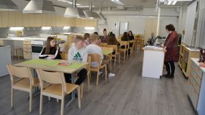 Kajaanin Lyseon lukion oppilaat opiskelevat kotitaloutta väistötiloissa.
