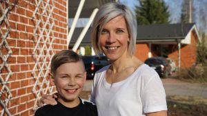 9-vuotias Hermanni Vastamäki ja äiti Jutta Vastamäki.