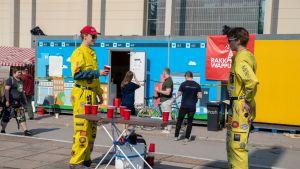 Opiskelijat pelaamassa Beerbong -peliä Tampereen yliopiston Hervannan kampuksen vapputapahtumassa.