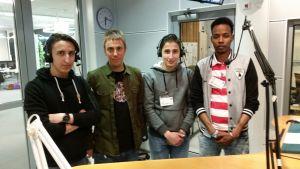 Neljä miestä radiostudiossa.