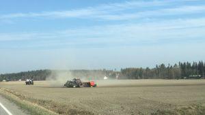 Traktoreita peltotöissä Hollolassa